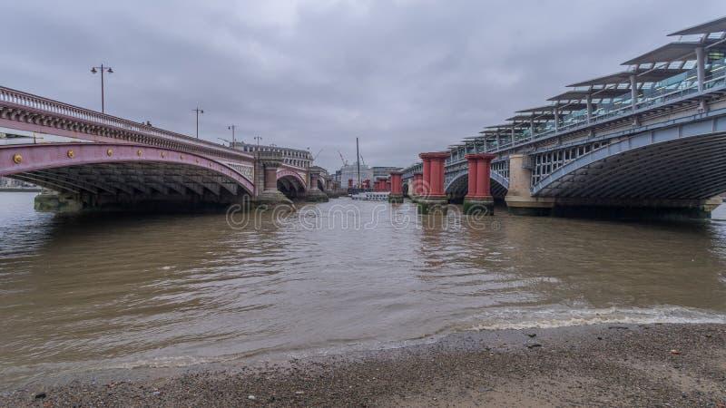 Puente de Blackfriars sobre el río Támesis fotos de archivo