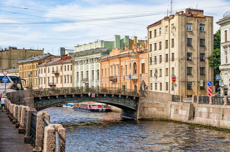 Puente de Bolshoi Koniushennyi sobre el río de Moyka imagen de archivo libre de regalías