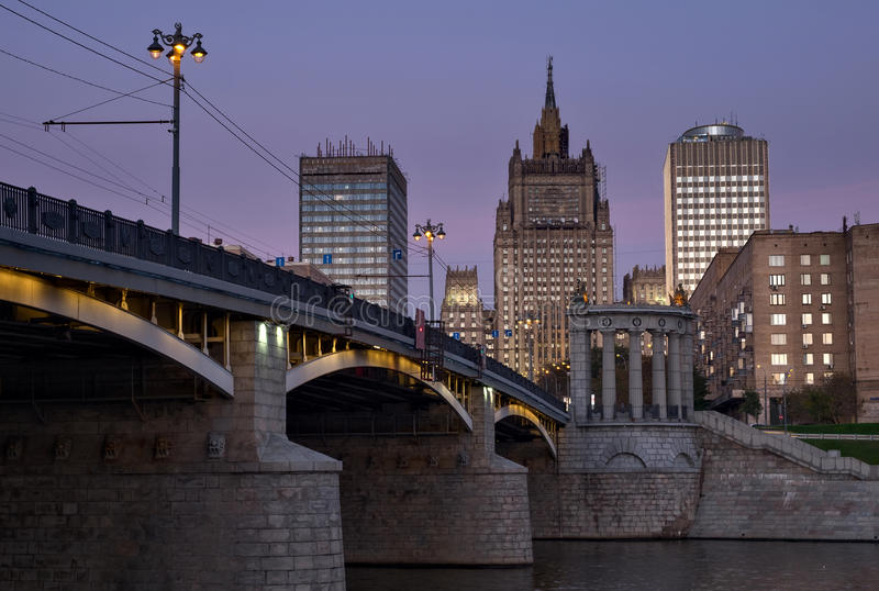 Puente de Borodinsky y el Ministerio de Asuntos Exteriores del Rus foto de archivo