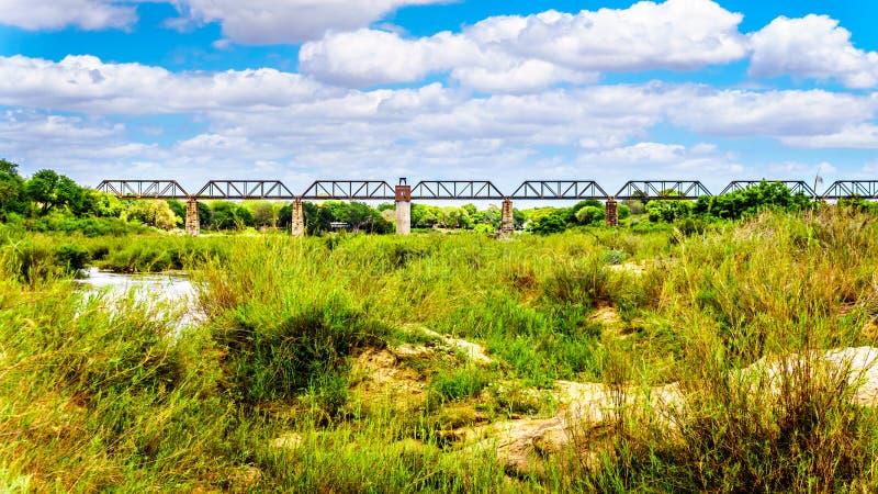 Puente de braguero ferroviario sobre Sabie River en el campo de resto de Skukuza en el parque nacional de Kruger imagenes de archivo