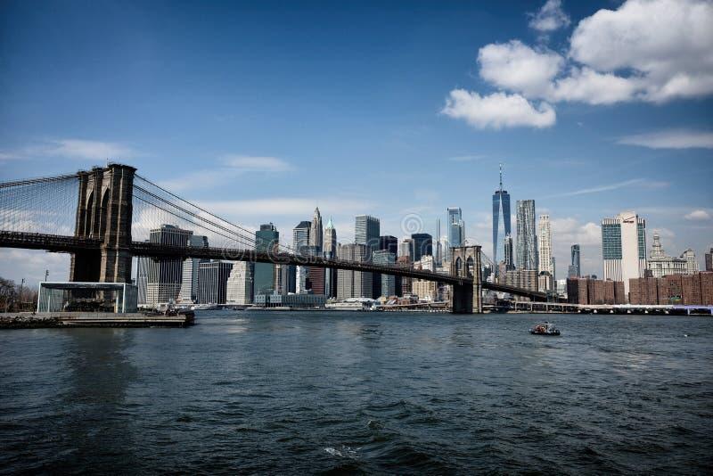 Puente de Brooklyn con el horizonte de New York City imagen de archivo libre de regalías