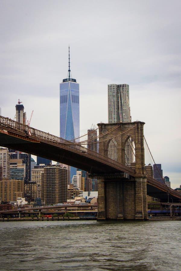 Puente de Brooklyn con Freedom Tower imágenes de archivo libres de regalías