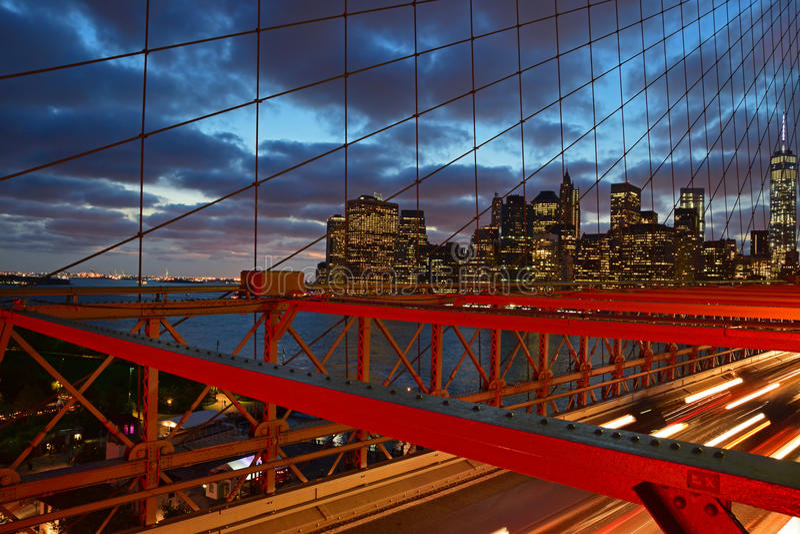 Puente de Brooklyn en el crepúsculo con Lower Manhattan en el fondo imagen de archivo