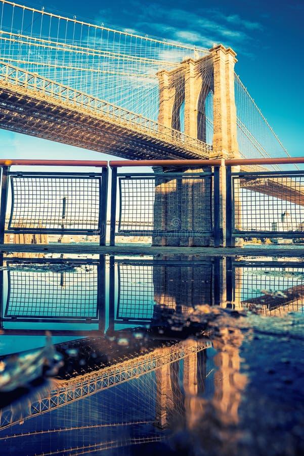 Puente de Brooklyn en la costa en Manhattan céntrica, New York City imagenes de archivo