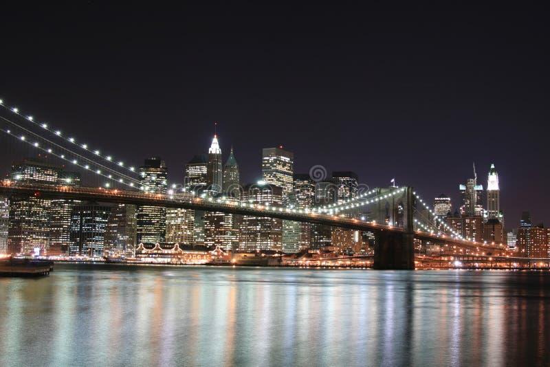 Puente de Brooklyn en la noche imagen de archivo