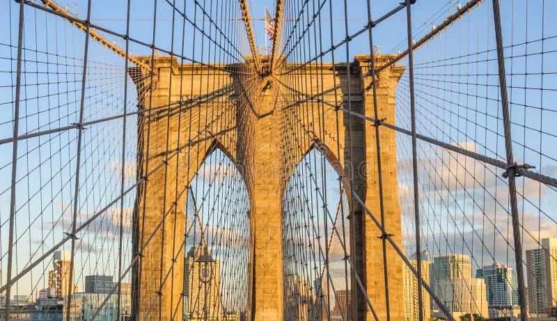 Puente de Brooklyn en la puesta del sol en Brooklyn, Nueva York, los E.E.U.U. fotografía de archivo