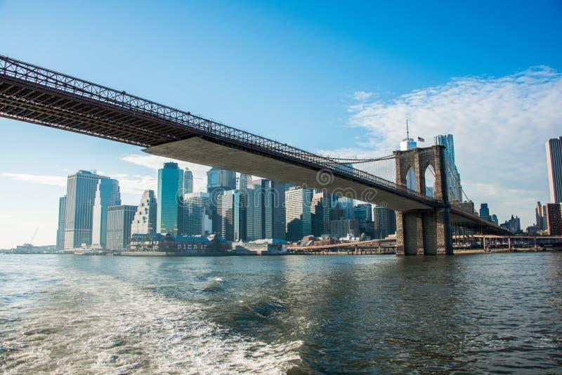 Puente de Brooklyn en Nueva York en día de verano brillante fotografía de archivo libre de regalías