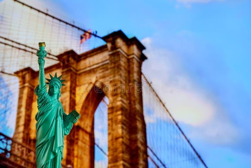 Puente de Brooklyn, tributo en luz y la estatua de la libertad en las luces de la noche, New York City imagen de archivo libre de regalías