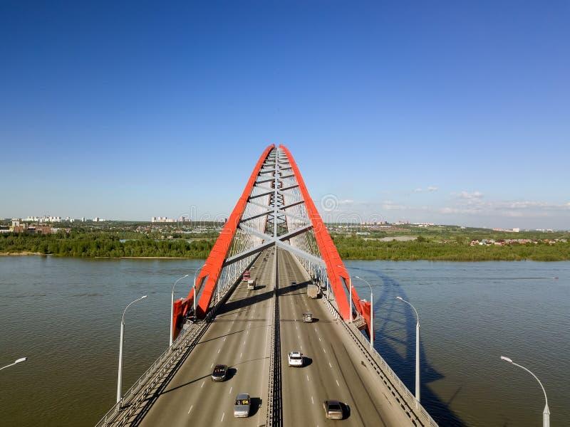 Puente de Bugrinsky y cielo azul imagenes de archivo