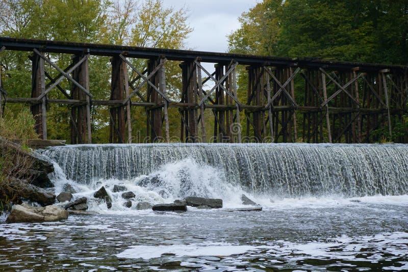 Puente de caballete histórico en Autum temprano en Hamilton, Michigan imagenes de archivo