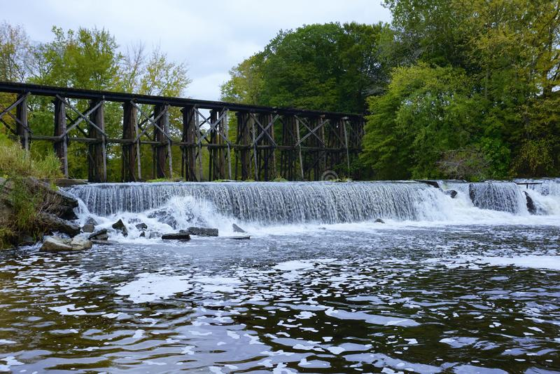 Puente de caballete histórico en Autum temprano en Hamilton, Michigan foto de archivo