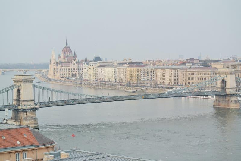 Puente de cadena con la opinión el parlamento en Budapest imágenes de archivo libres de regalías
