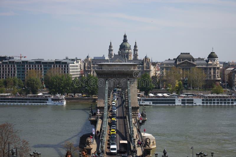 Puente de cadena en el r?o Danubio en la ciudad de Budapest, Hungr?a imagen de archivo