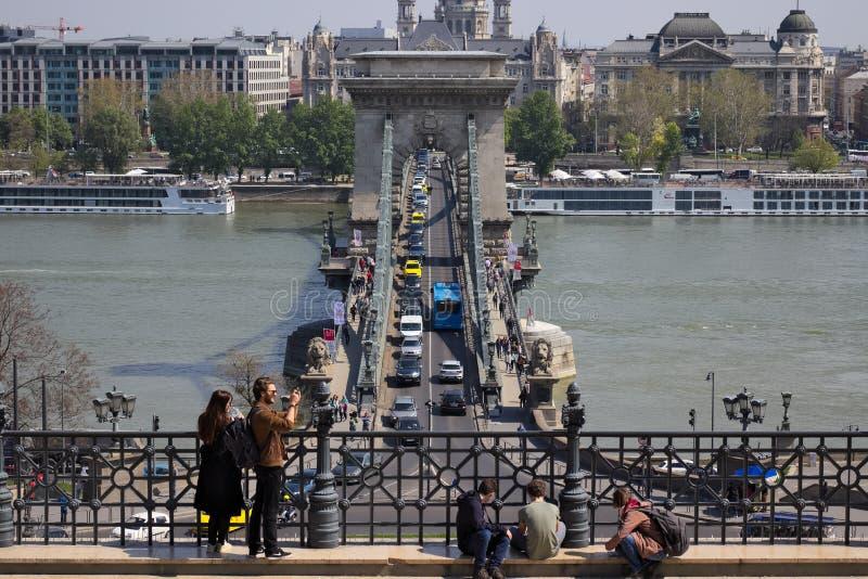 Puente de cadena en el r?o Danubio en la ciudad de Budapest, Hungr?a foto de archivo libre de regalías