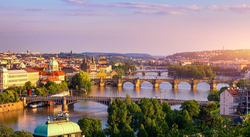 Puente de Charles, Praga, Rep?blica Checa. Puente Charles (Karluv Most) y Torre del Puente de la Ciudad Vieja al atardecer. Famosa imagen de archivo libre de regalías