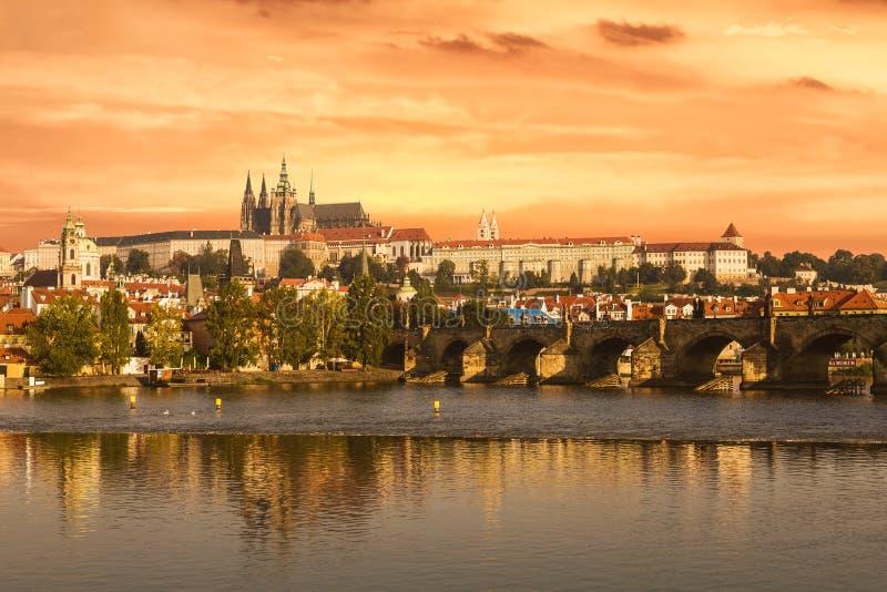 Puente de Charles y castillo de Praga en el amanecer imágenes de archivo libres de regalías