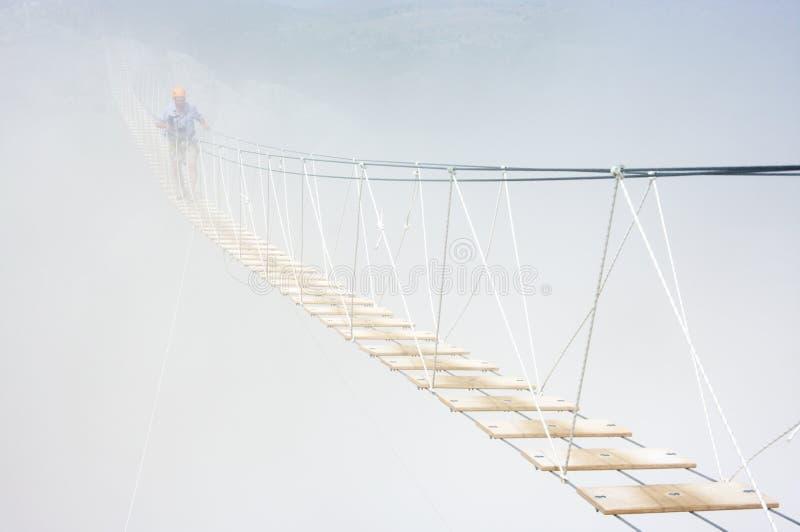 Puente de colgante en niebla imagen de archivo libre de regalías