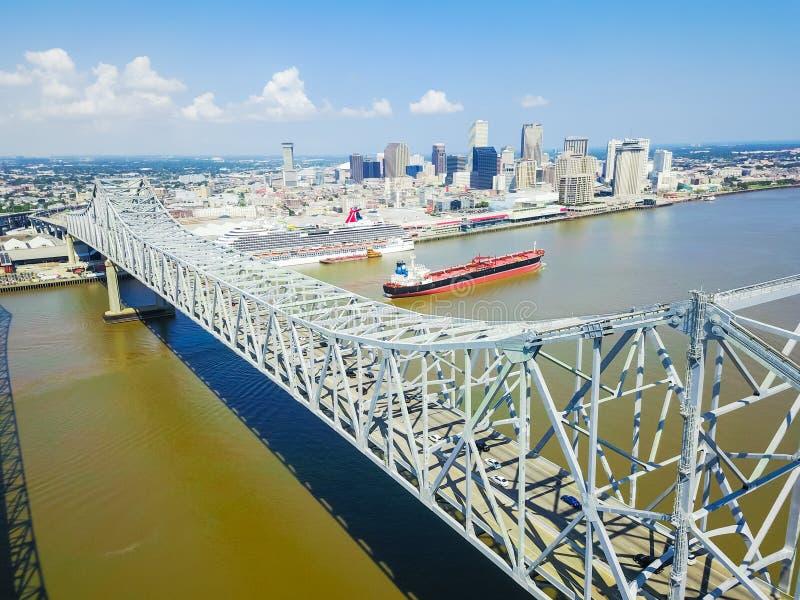 Puente de Crescent City Connection y New Orleans céntrica fotografía de archivo