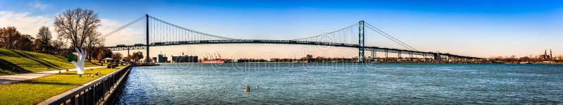 Puente de Detroit en la ciudad de Windsor, Ontario, una frontera internacional entre los E.E.U.U. y Canadá foto de archivo