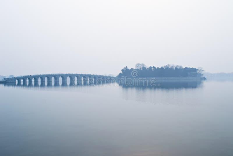 Puente de diecisiete arcos en la niebla fotografía de archivo
