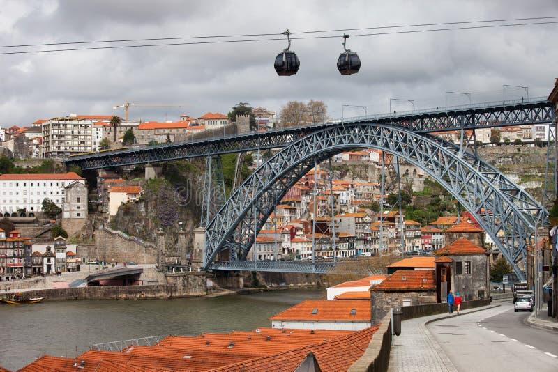 Puente de Dom Luis I en Oporto y teleférico en Gaia fotos de archivo libres de regalías