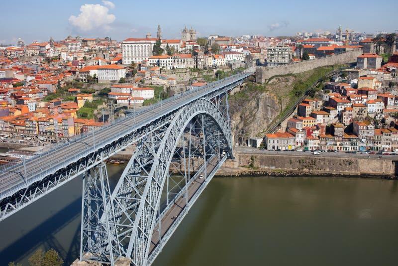 Puente de Dom Luis I sobre el río del Duero en la ciudad vieja de Oporto imágenes de archivo libres de regalías