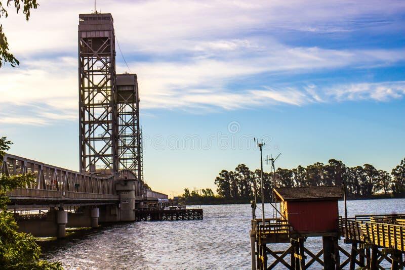 Puente de drenaje sobre el río en madrugada foto de archivo