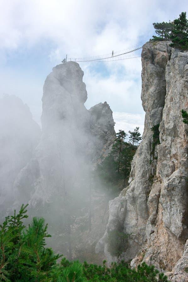 Puente de ejecución en montañas fotografía de archivo libre de regalías