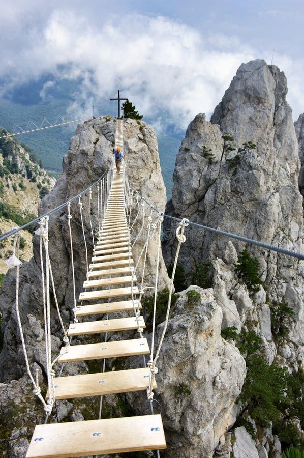 Puente de ejecución en montañas imagenes de archivo