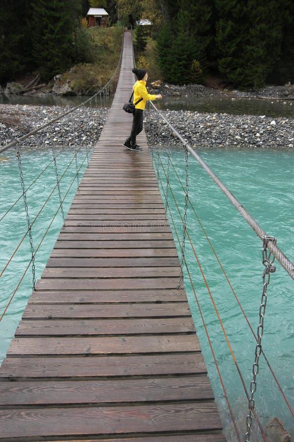 Puente de ejecución sobre el río imagenes de archivo