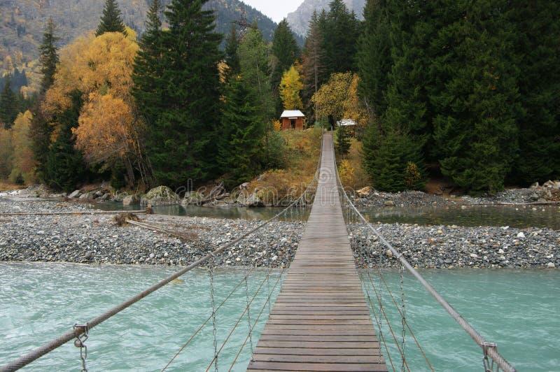 Puente de ejecución sobre el río foto de archivo libre de regalías