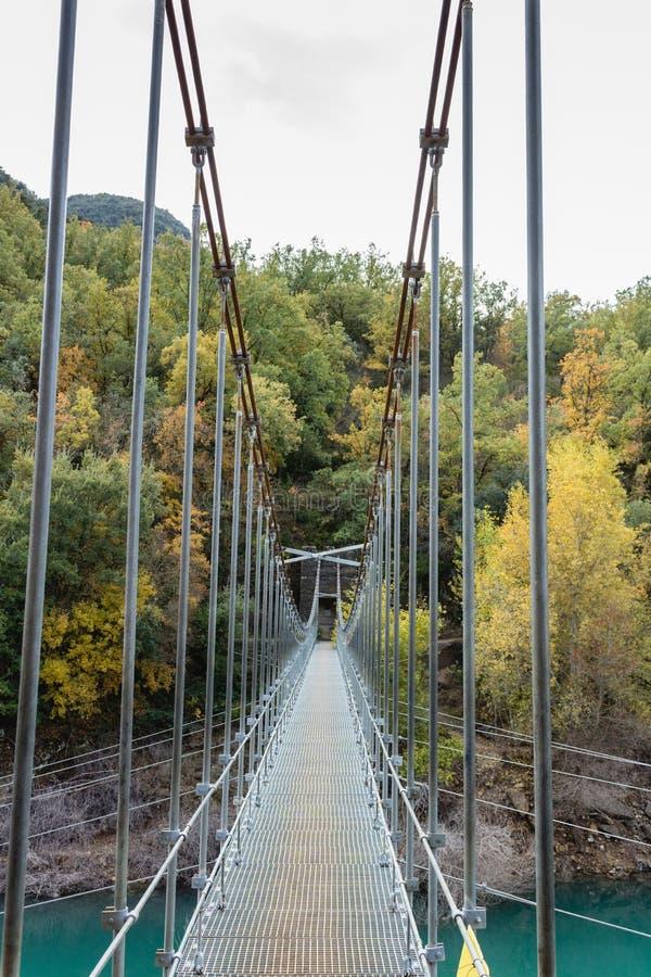 Puente de ejecución sobre las colinas de conexión Congost de Mont Rebei, Catalunya, España del río imagen de archivo