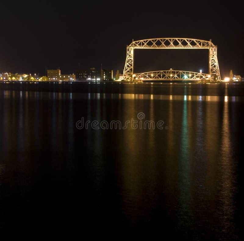 Puente de elevación de Duluth en la noche imagen de archivo