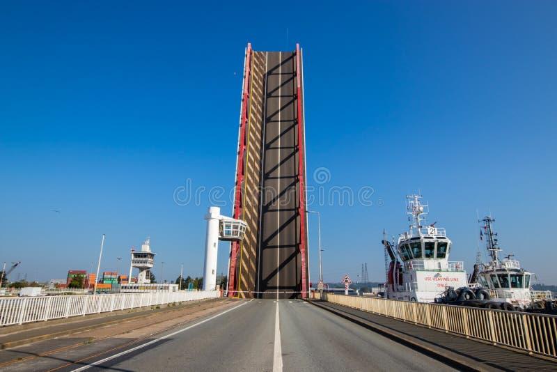 Puente de elevación en el puerto de Le Havre en Francia fotos de archivo libres de regalías