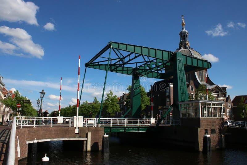 Puente de elevaci?n sobre el chaleco Leiden Pa?ses Bajos del oude fotos de archivo