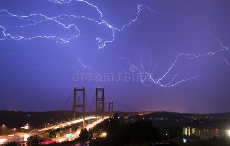 Puente de estrechos de Tacoma de los pernos de los rayos de la tormenta eléctrica W foto de archivo libre de regalías