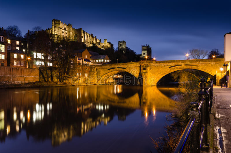 Puente de Framwellgate sobre el desgaste del río en el crepúsculo fotografía de archivo
