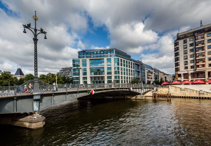 Puente de Friedrichstrasse sobre el río de la diversión en Berlín, Alemania imágenes de archivo libres de regalías