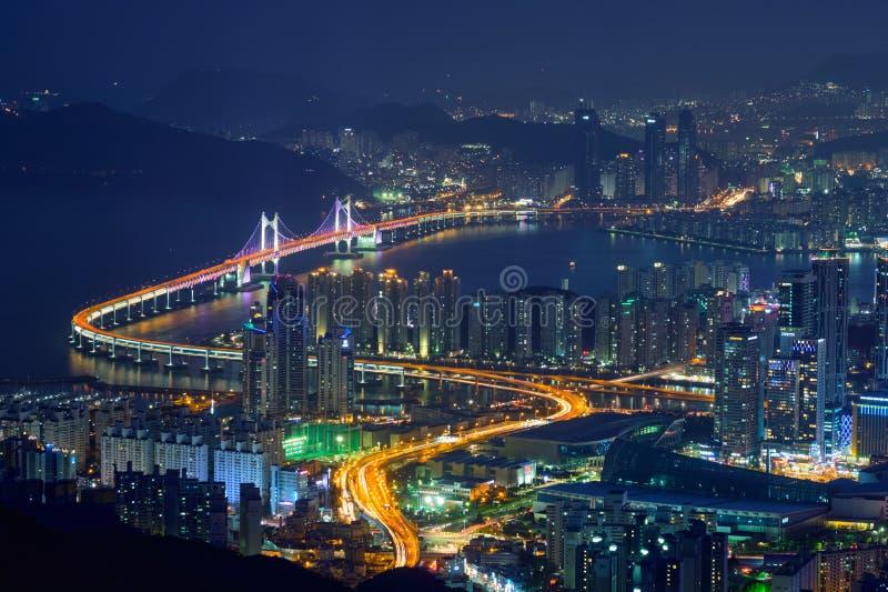 Puente de Gwangan del paisaje urbano de Busán en la noche fotos de archivo libres de regalías