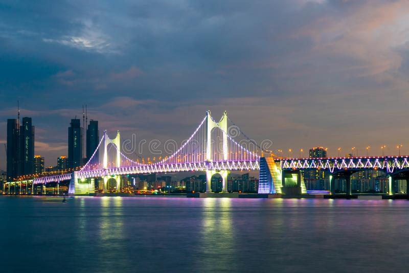Puente de Gwangan en la ciudad de Busán, Corea del Sur foto de archivo