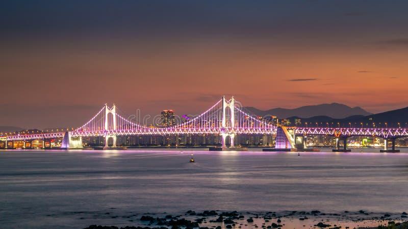 Puente de Gwangandaegyo y área de Haeundae en la puesta del sol, Busán, Corea del Sur imágenes de archivo libres de regalías