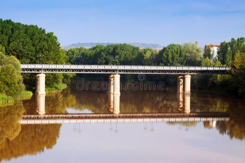 Puente de Hierro sobre Ebro Logrono fotografia de stock royalty free