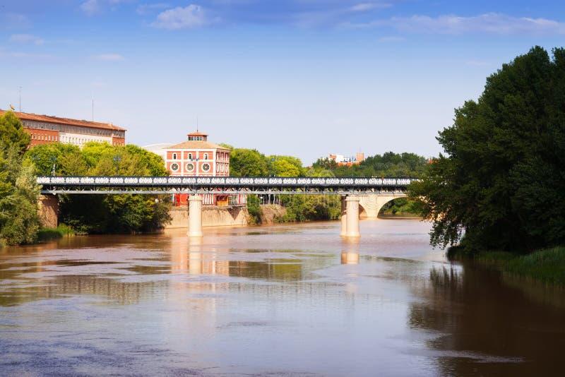 Puente de Hierro sobre Ebro Logrono, Espanha imagens de stock