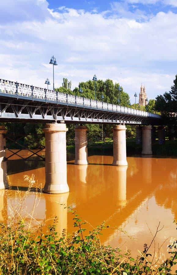 Puente de Hierro sobre Ebro no dia ensolarado Logrono fotos de stock