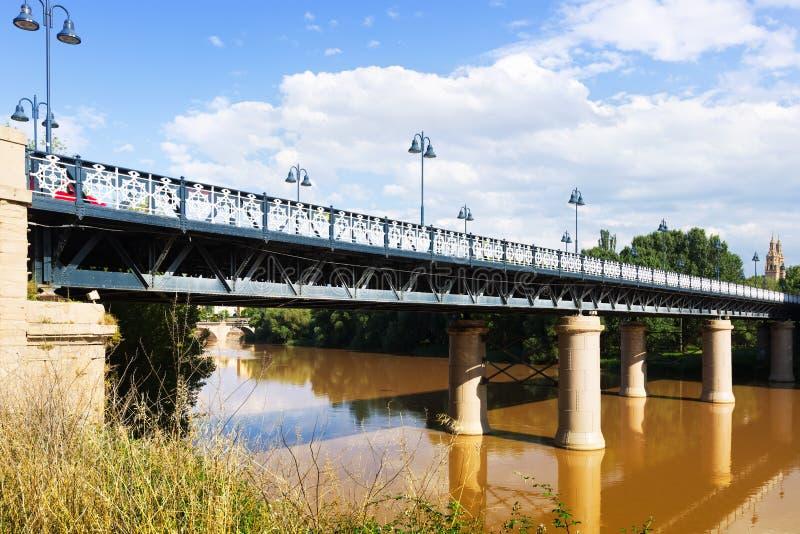 Puente de Hierro sobre Ebro River foto de stock royalty free