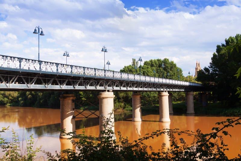 Puente de Hierro sobre Ebro River em Logrono fotos de stock