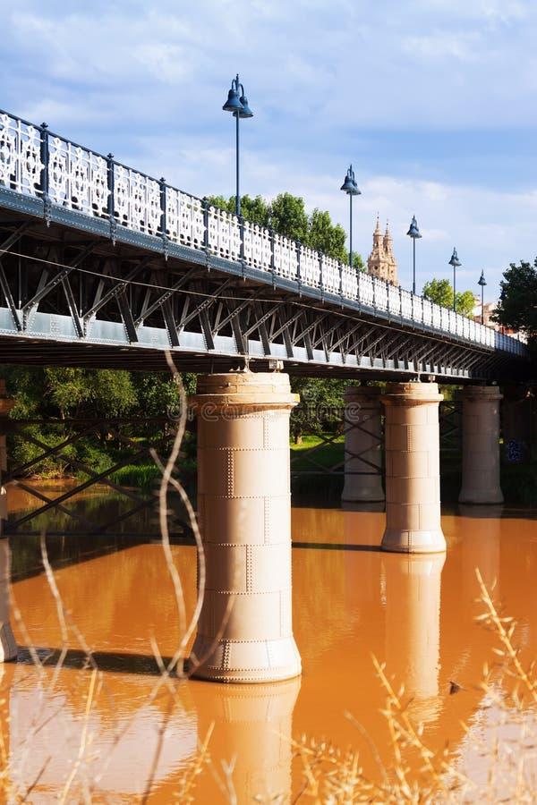 Puente de Hierro sobre Ebro River em Logrono, Espanha imagem de stock