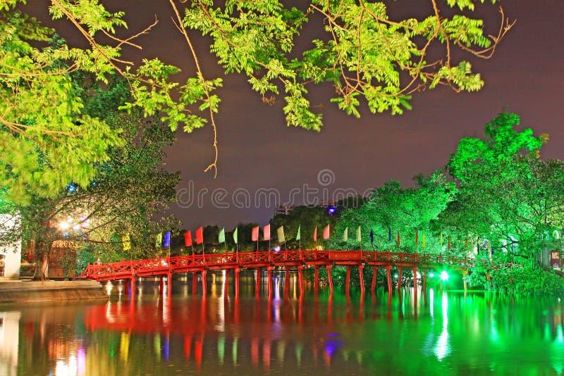 Puente de Huc en el lago en la noche, Hanoi Vietnam Hoan Kiem imagen de archivo libre de regalías