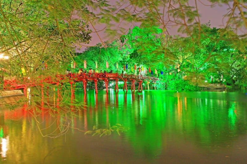Puente de Huc en el lago en la noche, Hanoi Vietnam Hoan Kiem fotografía de archivo libre de regalías