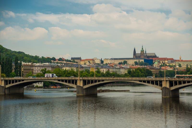 Puente de Jirasek, Praga, República Checa: Jiraskuv más sobre el río de Moldava en la ciudad de Praga en Czechia, distrito de Mal foto de archivo libre de regalías